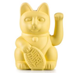 """Lucky cat yellow Het gelukskatje (Japans: 招き猫, maneki neko) is één van de meest voorkomende talismannen in Japan. De oorspronkelijke Japanse naam is maneki neko,wat letterlijk """"wenkende kat"""" betekent. Gelukskatjes heffen hun rechterpoot of linkerpoot of soms ook allebei. De betekenis van het heffen van de pootjes verschilt per locatie of land. Het wuiven van het rechterpootje brengt geluk. Hoe hoger het geheven pootje, des te groter het geluk. In de yellow lucky cat past 1 AA batterij, ( batterij is niet mee inbegrepen ) de yellow kleur staat voor wealth & prosperity. Prachtig in je interieur of in de baby en/of kinderkamer. De lucky cats zijn ook verkrijgbaar in een pinkversie."""