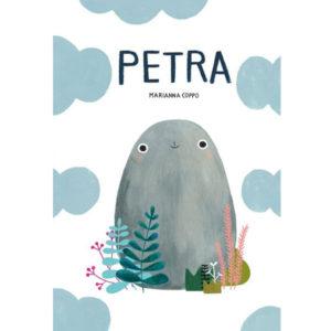 Petra Marianna Coppo Is Petra een berg? Een eiland? Een ei?Wie weet! Wat Petra vandaag ook is, ze voelt zich steengoed. Petra is een machtige berg. Ze kan niet worden bewogen door de wind of door de tijd. Dat denken we tenminste, tot we ontdekken dat Petra iets veel bijzonderders is. Ze kan alles zijn – een eiland, een ei en zelfs een olifant – dankzij haar levendige fantasie. Petra is een magisch verhaal, geschreven en prachtig geïllustreerd door de Italiaanse Marianna Coppo. Ze leert de lezer over veerkracht: Petra mag dan wel een steen zijn, ze past zich flexibel, zelfverzekerd en vol optimisme aan aan iedere nieuwe situatie waarin ze zich bevindt. Deze kleine kei tovert bij jong en oud een lach op het gezicht! Geschikt voor kinderen vanaf 4 jaar. 40 pagina's - hardcover