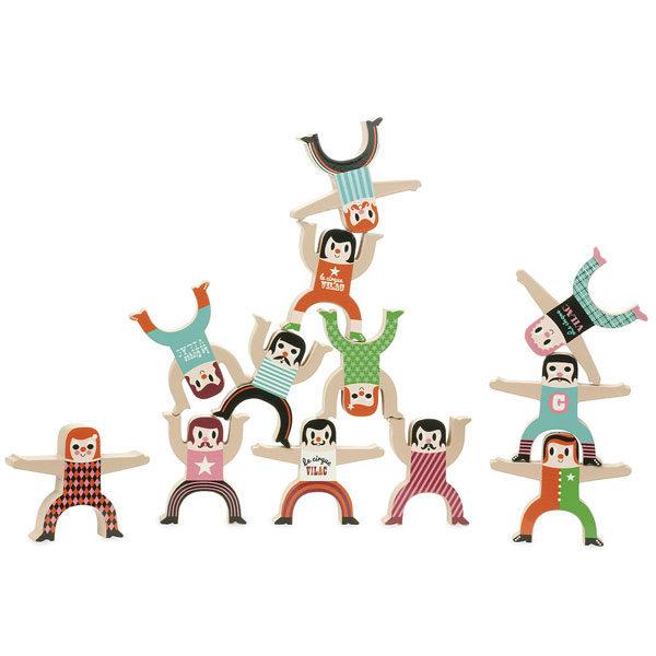 Vilac acrobaten stapelspel Vilac acrobaten stapelspel Dit prachtige houten acrobaten stapelspel is ontworpen door de Zweedse illustrator Ingela P Arrhenius voor het Franse merk Vilac. In de kartonnen hersluitbare doos zitten 12 verschillende soorten acrobaten om te stapelen. De houten acrobaten zijn 8,5cm groot en ook leuk als decoratie in de kinderkamer. Stapel om de beurt een acrobaat, degene die alle acrobaten kan plaatsen zonder om te vallen is de verdiende winnaar. Geschikt voor kinderen vanaf 3 jaar.