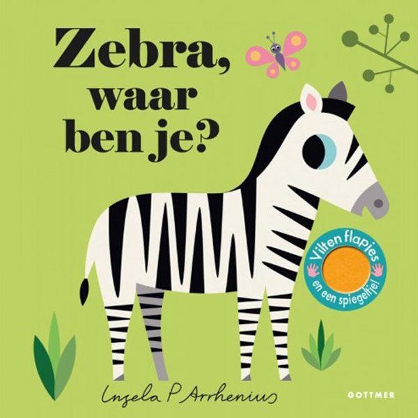 Zebra waar ben je? Zebra, waar ben je? is het mooie zesde deel met flapjes in de populaire peuterserie 'Waar ben je?' van de Zweedse ontwerpster Ingela P Arrhenius. Flapjes In Zebra, waar ben je? zitten alle dieren uit de dierentuin verstopt achter de flapjes. Kun jij de neushoorn, de gorilla, de flamingo en de zebra vinden? De flapjes zijn gemaakt van vilt: lekker zacht én stevig dus! Een zoek-en-vind-boekje voor de allerkleinsten, met als verrassing een spiegeltje op de laatste pagina. Ingela P Arrhenius Zowel peuters als hun (designliefhebbende) ouders zijn dol op de onweerstaanbare illustraties en vormgeving van de Zweedse ontwerpster. Haar werk kent wereldwijd duizenden fans. Paperback 10 pagina's