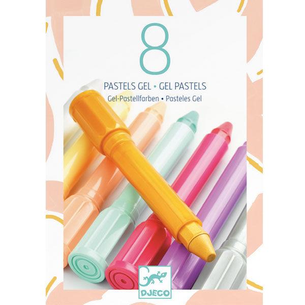 Djeco 8 gelstiften pastel vanaf 5j De pastelstiften van het Franse merk Djeco zijn geschikt voor kinderen vanaf 5 jaar. In de kartonnen doos zit een witte stift en 7 verschillende pastelkleuren voor je creatieve tekeningen.