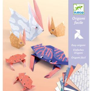 Djeco origami family vanaf 6j Maak stap voor stap een origami familie. In de verpakking zitten 12 grote origami dieren en 16 kleine origami dieren. Ontdek de grote en kleine families olifanten familie,zwanen, konijnen,.. De familie origami is geschikt voor creatieve kinderen vanaf 6 jaar. De mooie illustraties zijn van Lucille Michieli voor het Franse merk Djeco. Inclusief een instructieboekje. Ook ideaal als cadeautje voor een verjaardag, verjaardagsfeestje of op vakantie.
