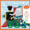 Djeco pompom schilderijen vanaf 3j Versier de 4 afbeeldingen met voertuigen met verrassende bestuurders. In de stevige hersluitbare kartonnen doos zitten 4 kartonnen schilderijtjes en 290 pompoms om te versieren. Ideaal om de fijne motoriek te beoefenen voor kinderen vanaf 3j. De mooie illustraties zijn van Christine Pym. De educatieve knutselset is van het Franse Merk Djeco. Inclusief een lijmstift.
