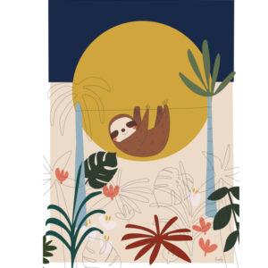 Liezelijn luiaard poster 50 x 70 Een lieve luiaard poster. Voor tropische sferen in de kamer. Met een prachtige luiaard, uitbundige monstera, philodendron en palmboom bladeren. Met deze poster ben je helemaal mee met de laatste kleurentrends. De exotische kleuren zoals het groen en okergeel geven de ruimte een warme uitstraling. Ssst… de luiaard slaapt. Prachtig in de baby of kinderkamer. Digitaal gedrukt in full color op 250gr houtvrij gesatineerd mc papier. Ontworpen door de Belgische graphic designer Lies van Liezelijn, en in beperkte oplage verkrijgbaar.