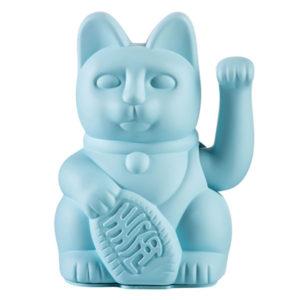 """Lucky cat blue Het gelukskatje (Japans: 招き猫, maneki neko) is één van de meest voorkomende talismannen in Japan. De oorspronkelijke Japanse naam is maneki neko,wat letterlijk """"wenkende kat"""" betekent. Gelukskatjes heffen hun rechterpoot of linkerpoot of soms ook allebei. De betekenis van het heffen van de pootjes verschilt per locatie of land. Het wuiven van het rechterpootje brengt geluk. Hoe hoger het geheven pootje, des te groter het geluk. In de blue lucky cat past 1 AA batterij, ( batterij is niet mee inbegrepen ) de blue kleur staat voor intelligence & academic success. Prachtig in je interieur of in de baby en/of kinderkamer. De lucky cats zijn ook verkrijgbaar in een pink,white en yellow versie."""