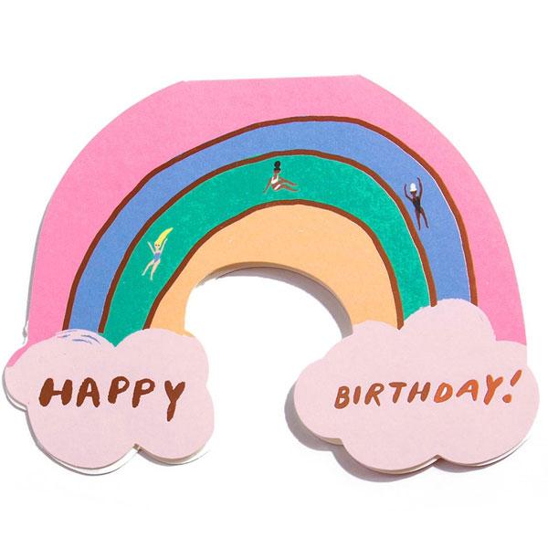 """Carolyn Suzuki Happy Birthday wenskaart Rainbow Carolyn Suzuki woont in Los Angeles en maakt prachtige illustraties met felle kleuren en speelse patronen die vreugde en diversiteit naar voor brengen. Met haar mooie illustraties met een tikkeltje humor steunt ze verschillende goede doelen zoals mensenrechten en het klimaat. Ze gebruikt het bereik van haar kunst in haar activisme om vrouwelijke ondernemers te ondersteunen. Carolyn heeft de laatste 7 jaar een wenskaartenbedrijf en verkoopt haar mooie illustraties van Japan tot Australië. Kidsdinge is dan ook fier om haar prachtige illustraties in Belgie te laten zien. De """"Happy Birthday!""""rainbow dubbele wenskaart met gouden print is geprint op 100% gerecycled FSC papier van berk. De afmeting van de dubbele wenskaart is 10,8cm x 14cm. Inclusief een lichtblauwe enveloppe."""