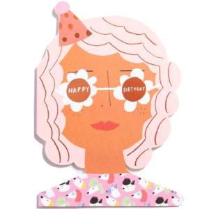 """Carolyn Suzuki Happy Birthday wenskaart Party Girl Carolyn Suzuki woont in Los Angeles en maakt prachtige illustraties met felle kleuren en speelse patronen die vreugde en diversiteit naar voor brengen. Met haar mooie illustraties met een tikkeltje humor steunt ze verschillende goede doelen zoals mensenrechten en het klimaat. Ze gebruikt het bereik van haar kunst in haar activisme om vrouwelijke ondernemers te ondersteunen. Carolyn heeft de laatste 7 jaar een wenskaartenbedrijf en verkoopt haar mooie illustraties van Japan tot Australië. Kidsdinge is dan ook fier om haar prachtige illustraties in Belgie te laten zien. De """"Happy Birthday!""""party girl dubbele wenskaart met gouden print is geprint op 100% gerecycled FSC papier van berk. De afmeting van de dubbele wenskaart is 10,8cm x 14cm. Inclusief een roze enveloppe."""