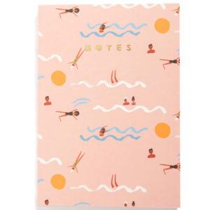 """Carolyn Suzuki Notebook Swimmers A5 Carolyn Suzuki woont in Los Angeles en maakt prachtige illustraties met felle kleuren en speelse patronen die vreugde en diversiteit naar voor brengen. Met haar mooie illustraties met een tikkeltje humor steunt ze verschillende goede doelen zoals mensenrechten. Ze gebruikt het bereik van haar kunst in haar activisme om vrouwelijke ondernemers te ondersteunen. Carolyn heeft de laatste 7 jaar een wenskaartenbedrijf en verkoopt haar mooie illustraties van Japan tot Australië. Kidsdinge is dan ook fier om haar prachtige illustraties in België te laten zien. Het A5 notebook met zachte kaft is een blanco notietieboek met 192 pagina's met een gouden """"Notes"""" titel om al je aantekeningen, dromen, gedichten,.. in op te schrijven. Geprint op FSC papier gemaakt van berk. De afmeting van het A5 notebook is 14,8cm x 21cm."""