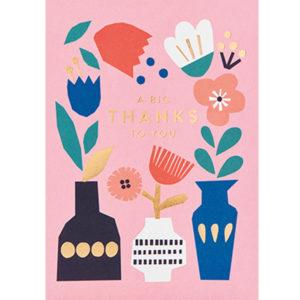 """Ekaterina Trukhan """"A big thanks to you"""" wenskaart Ekaterina Trukhan is een Russische illustrator afgestudeerd aan de Camberwell College of Arts. Ze maakt illustraties voor kinderboeken, wenskaarten en tijdschriften voor klanten van over de hele wereld. Ze is ook auteur van kinderboeken die ondertussen gepubliceerd zijn in Engeland, de Verenigde Staten, Rusland, Frankrijk,Brazilië, Zuid-Korea,China en Tjechië. De wenskaart heeft gouden details, letters en is gedrukt op gerecycled papier, inclusief een witte enveloppe. De prachtige roze wenskaart met vazen en bloemen is ideaal om iemand te bedanken."""