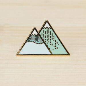 Deze unieke winter mountain broche hebben we gespot in Singapore. We zijn dan ook fier dat we deze limited collectie verkopen in België. Ideaal als cadeautje of gewoon leuk voor jezelf.