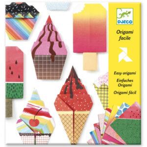 Djeco Origami lekkernijen vanaf 5-10 j Van het Franse merk Djeco is deze Origami set met afbeeldingen van lekkernijen. In de hersluitbare verpakking zitten 12 verschillende origami afbeeldingen van lekkernijen met verschillende soortenijsjes, cake en een stap voor stap instructieboekje. De origami is geschikt voor creatieve kinderen vanaf 5 - 10 jaar en ideaal als verjaardagscadeautje.