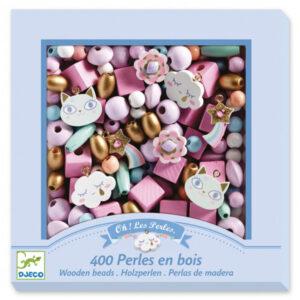 Djeco houten regenboog kralen 400 stuks Van het Franse merk Djeco is deze set met 400 houten regenboog kralen. In de mooie hersluitbare verpakking zitten gekleurde kralen,een draad van 6 meter en 8 hangers. De illustraties zijn van Caroline Faup. Geschikt voor kinderen vanaf 4-8 jaar. Ook leuk als verjaardagscadeautje.