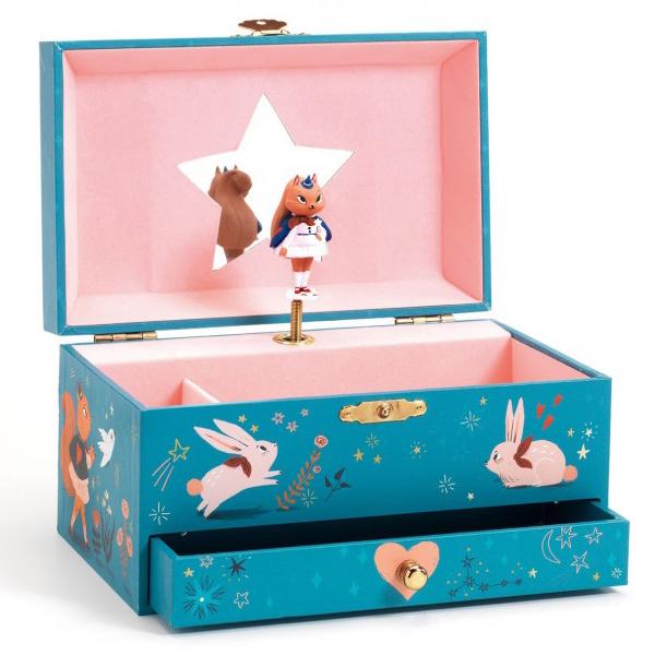 Djeco magische muziekdoos Van het Franse merk Djeco is deze magische muziekdoos om al je schatten in te bewaren. Van zodra je de muziekdoos opent,hoor je het deuntje van de toverfluit van Wolfgang Amadeus Mozart. De muziekdoos is géén speelgoed en niet aangeraden voor heel kleine kinderen.