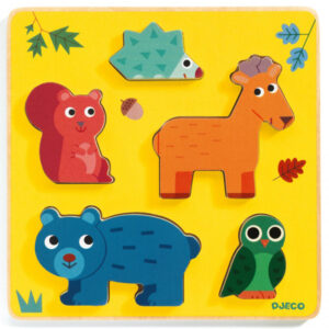 Djeco puzzel Frimours vanaf 1j Van het Franse merk Djeco is deze houten puzzel Frimours met bosdieren. De houten educatieve relief puzzel is geschikt voor kinderen vanaf 1 jaar. De prachtige illustraties zijn van Georgette.