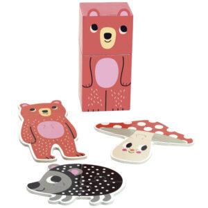 Van het Franse merk Vilac is deze mooie set puzzels voor de allerkleinsten vanaf 2 jaar. In de beer verpakking zitten 3 puzzels met 4 kartonnen puzzelstukken. De illustraties zijn van de Zweedse illustrator Ingela P Arrhenius.