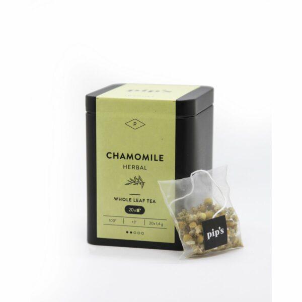 Chamomile kruidenthee Chamomile kruidenthee van pip's is een melange van Hongaarse kamillebloemen, rijkelijk in smaak en fluwelig. De theezakjes zijn biologisch afbreekbaar. Ze worden geproduceerd uit hernieuwbare plantaardige stoffen zoals rietsuiker en maiszetmeel. Waarom pip's thee? Typisch aan de kwaliteitsthee van pip's is dat je al deze ingrediënten makkelijk kan terugvinden. Open gerust eens een zakje. Dit is geen gruis met een smaakje. Alle ingrediënten zijn allemaal met het blote oog waar te nemen. Bij Pip's thee is alles puur natuur. Elk zakje is bovendien consistent van samenstelling. Zo is elke Chamomile altijd een puur verwenmoment! Geef deze kruidenthee gerust de tijd om al zijn smaken af te geven. Start dus zeker met kokend water zodat het even duurt voor je nip na nip deze Chamomile helemaal tot zijn recht laat komen. In de mooie hersluitbare verpakking zitten20 zakjes kruidenthee van 1,4 gram. Laat de kruidenthee 3 minuten intrekken bij 100 graden.