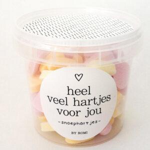 Snoephartjes Deze leuke potjes van By Romi zijn gevuld 175 gram heerlijke snoephartjes. Op het potje staat de tekst: Heel veel hartjes voor jou! De snoephartjes zijn een leuk cadeautje voor een verjaardagsfeestje of gewoon lekker voor jezelf. Afmeting potje: 9 x 8,5 cm