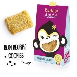Bon Beurre koekjes met parelsuiker Betty and Albert De heerlijk traditionele Bon Beurre koekjes zijn pure nostalgie. Deze boter koekjes zijn afgewerkt met grove kristalsuiker voor een zalig knisperende smaaksensatie. NETTO: 100 gr INGREDIENTS: tarwebloem (gluten), suiker, margarine (plantaardige oliën en vetten (palm, kokos, zonnebloem in wisselende verhouding), water, boter (melk), zout, emulgator (E417), natuurlijk aroma, voedingszuur (citroenzuur), kleurstof (caroteen)), boter (melk), eieren, water, zout, tarwemoutmeel (gluten), rijsmiddel (dinatriumdifosfaat, natriumbicarbonaat, tarwezetmeel (gluten)), vanilline. Kan sporen bevatten van noten en soja. Droog en donker bewaren bij kamertemperatuur. Eens geopend beperkt houdbaar. NUTRITIONAL VALUE PER 100 G Energie:2120 kJ / 507 kcal Vetten: 24,3 g waarvan verzadigde vetzuren: 12,6 g Koolhydraten:65,5 g waarvan suikers: 31 g Eiwitten: 5,8 g Zout:0,62 g