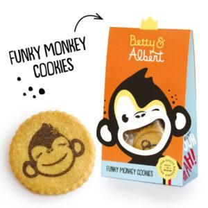 Zandkoekjes Funky Monky Betty and Albert De Funky Monkey koekjes smaken zoals je ze thuis zou maken. Heerlijke zandkoekjes met enkel de beste ingrediënten afgewerkt met de gezichtjes van het een vrolijke apenkoppeltje van Betty and Albert. Inhoud: 100 gr INGREDIENTS: tarwebloem (gluten), boter (melk), suiker, , emulgator (sojalecithine), natuurlijk vanille aroma), eigeel, tarwemoutmeel (gluten). Kan sporen bevatten van noten en soja. Droog en donker bewaren bij kamertemperatuur. Eens geopend beperkt houdbaar. VOEDINGSWAARDE PER 100 G: Energie: 2180 kJ / 522 kcal Vetten: 27 g waarvan verzadigde vetzuren: 14,01 g Koolhydraten: 62,70 g waarvan suikers: 26 g Eiwitten: 6,20 g Zout:0,65 g