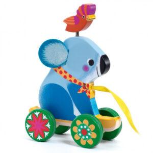 Djeco trekmobiel Otto vanaf 18 maanden Otto is een houten trekmobiel van het Franse merk Djeco. Ideaal voor de motoriek van de allerkleinsten. Deze mooie koala trekmobiel is ook leuk als verjaardagscadeautje. Geschikt voor kinderen vanaf 18 maanden.