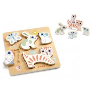 Djeco houten puzzel baby Animali vanaf 1 jaar Baby Animali is een houten dierenpuzzel met 5 puzzelstukken. De dierenpuzzel is verpakt in een stevige opbergdoos en geschikt voor kinderen vanaf 12 maanden. Ontdek al spelenderwijs de vlinder,vogel,poes,..en oefen de fijne motoriek van je kleintje. De prachtige illustraties zijn van Magali Attiogbé voor het Franse merk Djeco. Ideaal als verjaardagscadeautje voor een eerste verjaardag!