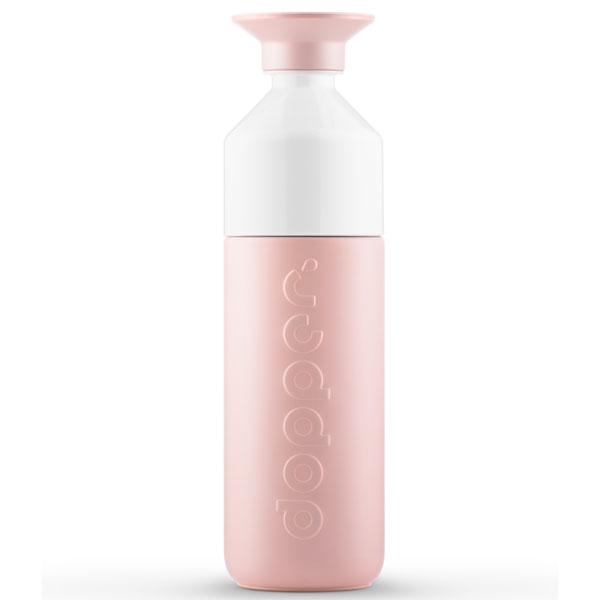 Dopper drinkbus Insulated Steamy Pink 580m Deed jij vanmorgen een onvrijwillige (stiletto)run naar je werk vanwege een treinstoring? So what? Uncoole situaties laten jou koud, want jij redt de wereld met je Dopper Insulated Steamy Pink Jij bent- net als het water in deze thermosfles - altijd hot. Of cool dus. Kom maar op met die kapotte lift, de vergeten telefoonlader of gênante valpartij. Met deze fles van formaat kun jij het wel aan. Adem in, neem een slok – troostend warm of kalmerend koud – en own it! In iedere situatie houdt de Dopper Insulated Steamy Pink je drankje 9 uur heet of 24 koud. Neem ook eens een kijkje bij het kleinere zusje van deze grote thermosfles: DeDopper Insulated 350 Steamy Pink. Specificaties Inhoud 580 ml Drie onderdelen, zeer eenvoudig schoon te maken Vaatwasmachinebestendig tot 65°C Verantwoord geproduceerd in China Voor warm en koud water Niet geschikt voor melkachtige dranken Niet geschikt om te gebruiken in combinatie met de Dopper Sportdop Afmetingen en gewicht Diameter 7.3 cm Hoogte 25.7 cm Gewicht 380 g Materialen 18/8 Roestvrijstaal (fles en dop) PP — Polypropylene (dop) Tritan (witte bekertje) Siliconen (rand in de dop en het bekertje) BPA en Ftalaat vrij. Demissie van Dopperis om mensen de mogelijkheid te bieden omherbruikbare flesjeste verkiezen boven single-use waterflesjes om zo dewaterbronnen van de wereld te beschermen.