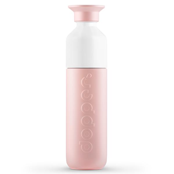 Dopper drinkbus Insulated Steamy Pink 350 m Net enthousiast gezwaaid naar je file-flirt die blijkbaar gebaarde dat je moest invoegen? So what? Uncoole situaties laten jou koud. Want jij redt de wereld on-the-go met je Dopper Insulated Steamy Pink. Dus jij bent – net als het water in de fles - altijd hot. Of cool. Deze zachtroze held past zo in je tas, dus adem in, neem een slok – troostend warm of kalmerend koud – en own it! In iedere situatie houdt de Dopper Insulated Steamy Pink je drankje 9 uur heet of 24 koud. De Dopper Insulated 350 ml Steamy Pink is van hetzelfde formaat als een Dopper Original, maar ze heeft ook een grote zus: DeDopper Insulated580 Steamy Pink. Algemeen Inhoud 350 ml/12 oz Drie onderdelen, zeer eenvoudig schoon te maken Vaatwasmachinebestendig tot 65°C/149°F Verantwoord geproduceerd in China Voor warm en koud water Niet geschikt voor melkachtige dranken Niet geschikt om te gebruiken in combinatie met de Dopper Sportdop Afmetingen en gewicht Diameter 6 cm Hoogte 23.6 cm Gewicht 270 g Materialen 18/8 Roestvrijstaal (fles en dop) PP — Polypropylene (dop) Tritan (witte bekertje) Siliconen (rand in de dop en het bekertje) BPA en Ftalaat vrij Demissie van Dopperis om mensen de mogelijkheid te bieden omherbruikbare flesjeste verkiezen boven single-use waterflesjes om zo dewaterbronnen van de wereld te beschermen.