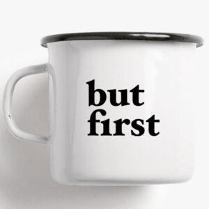 Beker Emaille / But First Koffie, thee, melk, gin? Dat laten we aan jullie over. Deze beker maakt het duidelijk: But First,..laat het alvast smaken! Formaat: Hoogte en diameter 8 cm, inhoud 0,3 l, gewicht 160 gr. Druk en materiaal: Eenkleurige bedrukking / zwart op email, gebrand. Met typeaanduiding op de onderkant. Wit handvat en zwarte rand. De beker is vaatwasmachinebestendig. Goed om te weten: De emaille bekers zijn handgemaakt in Duitsland in kleine unieke aantallen. Kleine oneffenheden zijn tijdens de productie niet te vermijden en maken elke beker uniek.