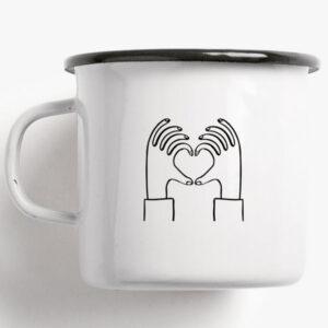 Beker emaille / Love You A Latte Een beker voor romantici en voor wat er echt toe doet: liefde. Formaat: Hoogte en diameter 8 cm, inhoud 0,3 l, gewicht 160 gr. Druk en materiaal: Eenkleurige bedrukking / zwart op email, gebrand. Met typeaanduiding op de vloer. Wit handvat en zwarte rand. De beker is vaatwasmachinebestendig. Goed om te weten: De emaille bekers zijn handgemaakt in Duitsland in kleine aantallen. Kleine oneffenheden zijn tijdens de productie niet te vermijden en maken elke beker uniek.
