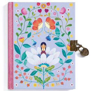 """Djeco geheim dagboek Marie gelineerd 88 pagina's Schrijf al je geheimen in het prachtig dagboek """"Marie"""" van het Franse merk Djeco, Het A5 dagboek heeft 88 gelineerde pagina's en een slotje met sleutel om te verstoppen."""