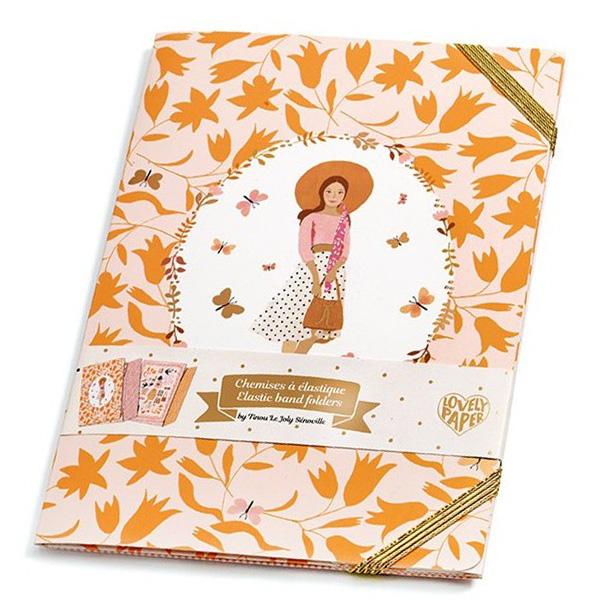 Djeco Tinou 2 mini kaften met gouden elastiek Deze set met 2 mini kaften met gouden elastiek is van het Franse merk Djeco.Deprachtige illustraties zijn van Tinou Le Joly Sénoville. Gedrukt op ecologisch gelamineerd karton met FSC label. Afmeting: 14,5cm x 21cm Ontdek ook de mooie Tinou meetlat of de Tinou stickers.