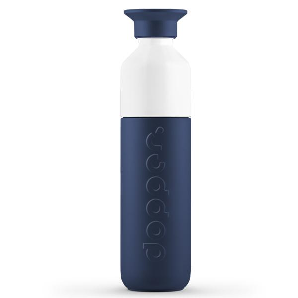 Dopper drinkbus Insulated Breaker Blue 350 ml Onwrikbaar in de hitte of kou – Dopper Insulated Breaker Blue is er voor je. Wat er ook gebeurt. Onze mooiste blauwe fles tot nu toe (of ooit?), speciaal voor elke oceaanaanbidder. Een diepe tint, krachtig en vastberaden als een brekende golf Eén fles. Voor alle seizoenen. De 350 ml Dopper Insulated Breaker Blue is de perfecte handlanger die jou helpt kiezen voor kraanwater. Weer of geen weer. Of het nu regent, sneeuwt, of je smelt in de zon, deze blauwe dubbelwandige thermosfles houdt je water 9 uur heet of 24 uur koud. Zo kun jij 365 dagen per jaar onze oceanen blijven redden. En dat is maar goed ook. De wegwerpflessen die onze oceanen vervuilen trekken zich er namelijk niks van aan of het buiten bloedheet of ijskoud is. En jij nu ook niet meer. Indrukwekkend? Zeker weten. Bonus: het fles-en-beker-in-één-ontwerp maakt 'm makkelijk om te vullen en schoon te houden. Voor jou, of je vaatwasser (tot 65 graden). En dat is bijna net zo cool als het feit dat onze Dopper Insulated verantwoord wordt geproduceerd in China, in overeenkomst met de BSCI-normen. En daarna verscheept met behulp van 100% biobrandstoffen, dankzij onze samenwerking met het GoodShipping-programma. Algemeen Inhoud 350 ml Drie onderdelen, zeer eenvoudig schoon te maken Vaatwasmachinebestendig tot 65°C Verantwoord geproduceerd in China Voor warm en koud water Niet geschikt voor melkachtige dranken Niet geschikt om te gebruiken in combinatie met de Dopper Sportdop Afmetingen en gewicht Diameter 6 cm Hoogte 23.6 cm  Gewicht 270 g Materialen 18/8 Roestvrijstaal (fles en dop) PP — Polypropylene (dop) Tritan (witte bekertje) Siliconen (rand in de dop en het bekertje) BPA en Ftalaat vrij De Dopper Insulated Breaker Blue thermos is ook verkrijgbaar in een kleinere versie van 350 ml.