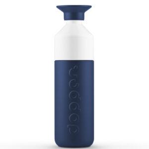 Dopper drinkbus Insulated Breaker Blue 580 ml Voor alle oceaanaanbidders ontwikkelden we onze mooiste blauwe fles tot nu toe (of ooit?). Een diepe tint, krachtig en vastberaden als een brekende golf. Onwrikbaar in de hitte of kou – Dopper Insulated Breaker Blue is er voor je. Wat er ook gebeurt Eén fles. Voor alle seizoenen. De oceanen redden. Het is een missie die 365 dagen per jaar doorgaat. De wegwerpflessen die onze oceanen vervuilen trekken zich er namelijk niks van aan of het buiten bloedheet of ijskoud is. En jij nu ook niet meer. Dankzij de nieuwe Dopper Insulated: de perfecte handlanger waarmee jij voor kraanwater kiest. Bij regen of zonneschijn (of een halve meter sneeuw), deze thermosfles houdt je water 9 uur warm of 24 uur koud. Bonus: het fles-en-beker-in-één-ontwerp maakt 'm makkelijk om te vullen en schoon te houden. Voor jou, of je vaatwasser (tot 65 graden). Indrukwekkend? Zeker weten. Natuurlijk worden fantastische flessen op een fantastische manier geproduceerd. Dat houdt in: verantwoord. In overeenkomst met de BSCI-normen, om precies te zijn. En als ze klaar zijn worden ze verscheept met behulp van biobrandstoffen, dankzij onze samenwerking met het GoodShipping-programma. Specificaties Inhoud 580 ml Drie onderdelen, zeer eenvoudig schoon te maken Vaatwasmachinebestendig tot 65°C  Verantwoord geproduceerd in China Voor warm en koud water Niet geschikt voor melkachtige dranken Niet geschikt om te gebruiken in combinatie met de Dopper Sportdop Afmetingen en gewicht Diameter 7.3 cm Hoogte 25.7 cm  Gewicht 380 g  Materialen 18/8 Roestvrijstaal (fles en dop) PP — Polypropylene (dop) Tritan (witte bekertje) Siliconen (rand in de dop en het bekertje) BPA en Ftalaat vrij De Dopper Insulated Breaker Blue thermos is ook verkrijgbaar in een kleinere versie van 350 ml.