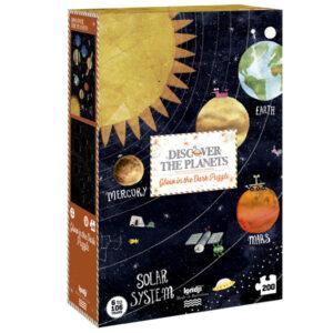 Puzzel Discover the Planets 200 stuks vanaf 6 jaar Van Jupiter tot Mars, van Uranus tot Saturnus, van Aarde tot Venus. Reis door het zonnestelsel met deze Londji-puzzel. Een puzzel van 200 stukjes met een verrassing, eenmaal in elkaar gezet, schittert hij in het donker! Illustratie: Carmen Saldaña Leeftijd: Vanaf 6 jaar Aantal stuks: 200 puzzelstukken Materiaal:Gerecycled karton en papier Verpakking: Stevige kartonnen doos Afmeting puzzel: 30,5cm x 20cm x 8cm Afmeting doos: 67cm x 48cm