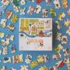 Puzzel Enjoy the Farm 100 stuks vanaf 5 jaar We gaan de boerderij bezoeken en leren hoe voedsel wordt verbouwd en de dieren die erop leven: kippen, kuikens, koeien, varkens, honden, katten en nog veel meer! Een puzzel van 100 stukjes vol details, ideaal voor kinderen vanaf 5 jaar. Illustratie: Maria Dek Materiaal: Gerecycled karton en papier Verpakking: Stevige kartonnen doos Afmeting puzzel: 85cm x 32cm Afmeting doos: 24cm x 24cm x 8cm