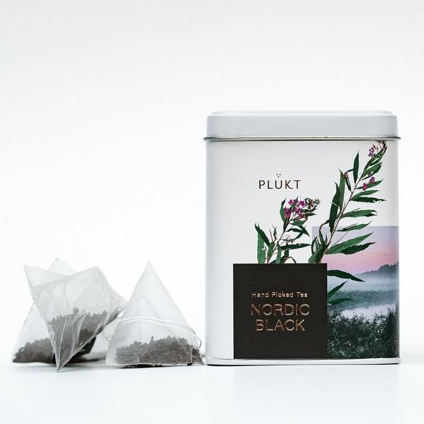 """Nordic zwarte thee 20 zakjes Thee """"NORDIC BLACK"""" - gezond alternatief voor traditionele zwarte thee gemaakt van Noordelijk wilgeroosje. INGREDIËNTEN: biologisch wilgenroosje (Chamaenerion angustifolium) bladeren gefermenteerd op 50 ° C, handgemaakt. EIGENSCHAPPEN: bitterzoete smaak, energiestimulerend, metabolisme-verbeterend, aromatisch KLEUR: donker goud en duidelijke consistentie. -> gecertificeerd biologisch -> theezakjes worden binnen 30-60 dagen biologisch afgebroken -> veganistisch, vegetarisch -> met de hand geplukt in biologische wilde weiden en bossen van Noord-Europa -> ethisch merk cafeïne vrij GGO-vrij HOE HET IS GEMAAKT? Door bladeren van wild wilgeroosje langzaam te fermenteren op gemiddelde temperatuur gedurende maximaal 1 week en een bepaalde vorm te vormen zodat ze open zouden gaan in het theezakje. Vanwege het wilde wilgenroosje dat van nature rijk is aan mineralen en met de hand gemaakte fermentatieprocessen, heeft """"NORDIC BLACK"""" dezelfde effect- en smaakkenmerken als traditionele zwarte thee."""