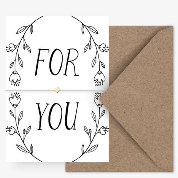 Armband For You Soft mint + kaart De MINT kleurige hanger wordt op zijn plaats gehouden door een fijne nylon riem. De band is in maat verstelbaar en beveiligd met een schuifsluiting De mintkleurige armband komt met een bijpassende ansichtkaart en envelop naar je toe, waardoor je hart naar je toe vliegt. Beloofd! Formaat (van de briefkaart) DIN A6, 2 pagina's, inclusief omslag. Print en papier (van de briefkaart) Vierkleuren-offsetdruk op natuurlijk papier (400 g / m²). De achterkant is onbedrukt. Tip Edelmetalen krijgen een patina en worden na verloop van tijd donkerder. Om de glans op te frissen, poets je de sieraden eenvoudig met een metalen of zilveren poetsdoek. Regelmatig onderhoud kan de levensduur aanzienlijk verlengen.