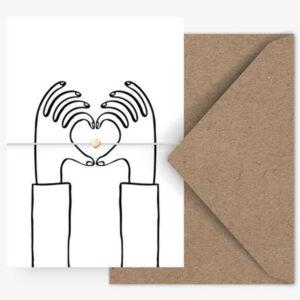 Armband Heart Soft pink+ kaart De PINK kleurige hanger wordt op zijn plaats gehouden door een fijne nylon riem. De band is in maat verstelbaar en beveiligd met een schuifsluiting De pink kleurige armband komt met een bijpassende ansichtkaart en envelop naar je toe, waardoor je hart naar je toe vliegt. Beloofd! Formaat (van de briefkaart) DIN A6, 2 pagina's, inclusief omslag. Print en papier (van de briefkaart) Vierkleuren-offsetdruk op natuurlijk papier (400 g / m²). De achterkant is onbedrukt. Tip Edelmetalen krijgen een patina en worden na verloop van tijd donkerder. Om de glans op te frissen, poets je de sieraden eenvoudig met een metalen of zilveren poetsdoek. Regelmatig onderhoud kan de levensduur aanzienlijk verlengen.