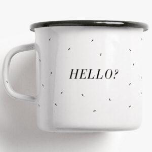 Beker Emaille / Hello Voor alle thee liefhebbers. Deze beker maakt het duidelijk: Hello, is it tea you are looking for? Formaat: Hoogte en diameter 8 cm, inhoud 0,3 l, gewicht 160 gr. Druk en materiaal: Eenkleurige bedrukking / zwart op email, gebrand. Met typeaanduiding op de onderkant. Wit handvat en zwarte rand. De beker is vaatwasmachinebestendig. Goed om te weten: De emaille bekers zijn handgemaakt in Duitsland in kleine unieke aantallen. Kleine oneffenheden zijn tijdens de productie niet te vermijden en maken elke beker uniek.