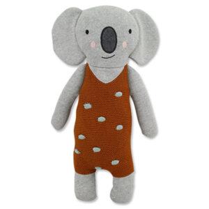 Ava & Yves Koala knuffel Keke Ben je op zoek naar een schattige knuffel voor de allerkleinsten? Dan is deze koala een ideaal geboortecadeau of cadeautje voor een verjaardag. Materiaal: fijn gebreide stof van 100% biologisch katoen Vulling: 100% polyester Afmeting: 40 x 24 x 10 cm Verzorging: handwas op 30 ° Voldoet aan de eisen van EN71