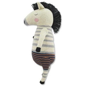 Ava & Yves Zebra knuffel Remy Ben je op zoek naar een schattige knuffel voor de allerkleinsten? Dan is deze zebra een ideaal geboortecadeau of cadeautje voor een verjaardag. Materiaal: fijn gebreide stof van 100% biologisch katoen Vulling: 100% polyester Afmeting: 40 x 24 x 10 cm Verzorging: handwas op 30 ° Voldoet aan de eisen van EN71