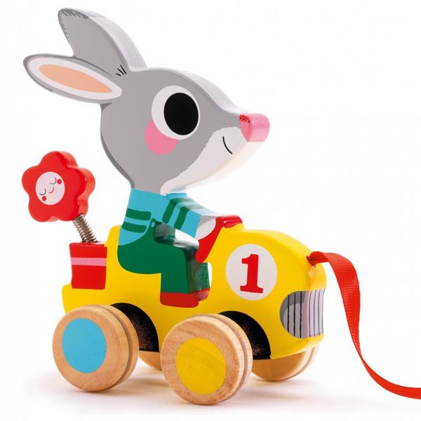 Djeco konijn trekfiguur hout 18 maanden Van het Franse merk Djeco is dit schattig houten konijn trekfiguurtje voor de allerkleinsten. Ideaal om de motoriek te bevorderen voor peuters vanaf 18 maanden. Ook leuk als verjaardagscadeautje.