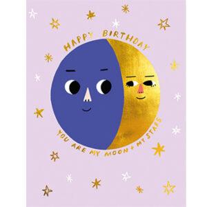 """Happy Birthday Moon Phase Carolyn Suzuki Carolyn Suzuki woont in Los Angeles en maakt prachtige illustratiesmet felle kleuren en speelse patronen die vreugde en diversiteit naar voor brengen. Met haar mooie illustraties met een tikkeltje humor steunt ze verschillende goede doelen zoals mensenrechten en het klimaat. Ze gebruikt het bereik van haar kunst in haar activisme om vrouwelijke ondernemers te ondersteunen. Carolyn heeft de laatste 8 jaar een wenskaartenbedrijf en verkoopt haar mooie illustraties van Japan tot Australië. Kidsdinge is dan ook fier om haar prachtige illustraties in Belgie te laten zien. De """"Happy Birthday Moon Phase!"""" dubbele wenskaart met gouden print is geprint op 100% gerecycled FSC papier van berk. De afmeting van de dubbele wenskaart is 10,8cm x 14cm."""