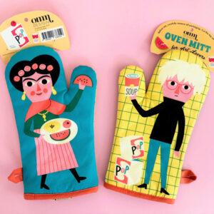 Ovenhandschoen Art lovers Art lovers is een ovenhandschoen voor je keuken met illustraties van Andy Warhol en Frida Kahlo. De mooie illustraties zijn van de Zweedse illustator Ingela P Arrhenius. De prijs van de ovenhandschoen is per stuk en niet per set. Ideaal als cadeautje voor een kookliefhebber.