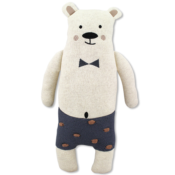 Ijsbeer knuffel Pepe Deze ijsbeer knuffel van het merk Ava & Yves is gemaakt van 100% biologische katoen en daardoor 100% veilig voor de allerkleinsten. Ben jij dus op zoek naar een geboortecadeau of een cadeautje voor een verjaardag? Dan zit je met deze ijsbeer knuffel - hij heet Pepe trouwens - helemaal goed. Hij fleurt ook graag de kinderkamer voor je op en is daardoor ook een vrolijk woonaccessoire,maar het liefst is deze ijsbeer knuffel de onafscheidelijke speelkameraad van jouw lieveling. Materiaal: fijn gebreide stof van 100% biologisch katoen Vulling: 100% polyester Afmeting: 40 x 24 x 10 cm Verzorging: handwas op 30 ° Voldoet aan de eisen van EN71
