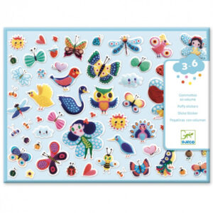 Stickers fluffy vliegende wezentjes vanaf 3-6 jaar Jonge kinderen vanaf 3 jaar zijn dol op deze grote puffy stickers met vliegende insecten en vogels. In de hersluitbare doos zitten 2 vellen met in het totaal 120 educatieve relief stickers. Herken je ook de verschillen tussen de vlinders? De mooie illustraties zijn van Helen Dardik voor het Franse merk Djeco. Leuk voor een feestje of een verjaardag.