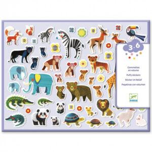 Djeco stickers fluffy mama & kind vanaf 3-6 jaar Jonge kinderen vanaf 3 jaar zijn dol op deze grote puffy stickers van moeder en kind. In de hersluitbare doos zitten 2 vellen met in het totaal 118 relief stickers. De mooie illustraties zijn van Ellen Giggenbach voor het Franse merk Djeco. Leuk voor een feestje of een verjaardag.