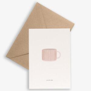 """Kartotek Wenskaart Cup - you & me Kartotek Copenhagen is een Deens grafisch merk. De Deense ontwerpster Julie ontwerpt kleine alledaagse momenten wanneer we blij zijn met onszelf of tijd delen met degene waar we voor zorgen. De visie van het ontwerpproces is """" kunnen we het eenvoudiger maken?"""" De ontwerpen van het Deense designmerk Kartotek weerspiegelen een Scandinavische eenvoud met een moderne en toch klassieke grafische touch. De Deense naam """"Kartotek"""" is afkomstig van een kaart-index of meubilair,gebruikt in bibliotheken om informatie te bewaren. Gedrukt op FSC papier,inclusief een A6 bruine kraft enveloppe."""