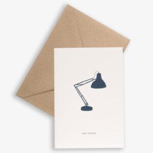 """Kartotek Wenskaart Lamp - Stay curious Kartotek Copenhagen is een Deens grafisch merk. De Deense ontwerpster Julie ontwerpt kleine alledaagse momenten wanneer we blij zijn met onszelf of tijd delen met degene waar we voor zorgen. De visie van het ontwerpproces is """" kunnen we het eenvoudiger maken?"""" De ontwerpen van het Deense designmerk Kartotek weerspiegelen een Scandinavische eenvoud met een moderne en toch klassieke grafische touch. De Deense naam """"Kartotek"""" is afkomstig van een kaart-index of meubilair,gebruikt in bibliotheken om informatie te bewaren. Gedrukt op FSC papier,inclusief een A6 bruine kraft enveloppe."""