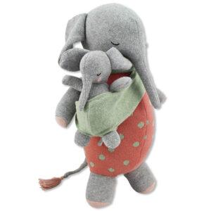 Olifant knuffel Marlene & baby Deze mama olifant knuffel met baby van het merk Ava & Yves is gemaakt van 100% biologische katoen en daardoor 100% veilig voor kinderen vanaf 3 jaar. Ben jij dus op zoek naar een cadeautje voor een verjaardag? Dan zit je met deze olifant knuffel - ze heet Marlene trouwens - helemaal goed. Ze fleurt ook graag de kinderkamer voor je op en is daardoor ook een vrolijk woonaccessoire,maar het liefst is deze olifant knuffel de onafscheidelijke speelkameraad van jouw lieveling. De mini olifant kan je losmaken van de mama olifant om mee te spelen. Materiaal: fijn gebreide stof van 100% biologisch katoen Vulling: 100% polyester Afmeting: 40 x 24 x 10 cm Verzorging: handwas op 30 ° Voldoet aan de eisen van EN71 Niet geschikt voor kinderen onder de 3 jaar.